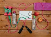 Concept de forme physique avec la bouteille de pommes de serviette d'haltères de l'eau Photo libre de droits