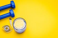 Concept de forme physique avec la nourriture, les haltères et le centimètre sains Photographie stock libre de droits