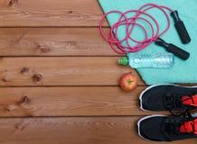 Concept de forme physique avec la serviette d'espadrilles, la pomme et la corde à sauter Photos libres de droits