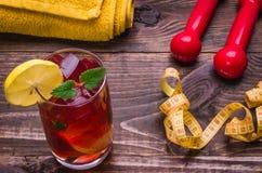 Concept de forme physique avec le cocktail, haltères, centimètre, citron Photos stock
