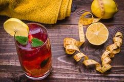 Concept de forme physique avec le cocktail, haltères, centimètre, serviette, citron Images libres de droits