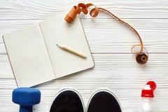 Concept de forme physique avec le crayon de carnet pour les buts et le resolut de sport Photographie stock