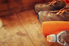 Concept de forme physique avec le téléphone portable avec les écouteurs, la serviette, la pomme et les chaussures de sport au-des Photo libre de droits