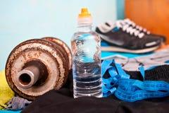 Concept de forme physique avec les haltères et la bouteille d'eau Images stock