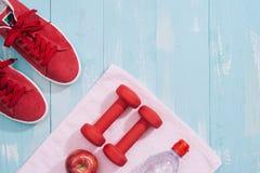Concept de forme physique avec les haltères et la pomme rouge - sport et loisirs Photo stock