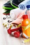Concept de forme physique avec les haltères, le jus de fruit et les vêtements de sport Photo libre de droits