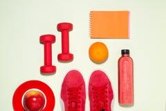 Concept de forme physique Bottl de jus d'espadrilles, de pomme, d'haltère et de fruit Photo stock