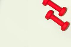 Concept de forme physique Bouteille de jus d'espadrilles, de pomme, d'haltère et de fruit Photographie stock