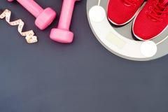Concept de forme physique et de perte de poids, chaussures de course, haltères, bande Image stock