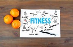 Concept de forme physique Fond en bois avec des oranges Images libres de droits