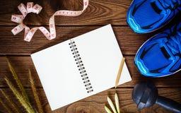 Concept de forme physique, sain et actif de modes de vie, chaussures de sport, dum Photos stock