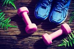 Concept de forme physique, sain et actif de modes de vie, chaussures bleues de sport Image stock