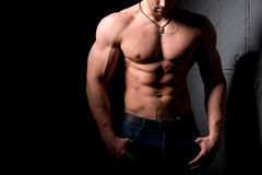 Concept de forme physique Torse musculaire et sexy du jeune homme ayant le gros morceau masculin parfait d'ABS, de biceps et de c Photographie stock
