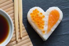 Concept de fruits de mer de coeur de sushi macro avec les saumons et le caviar Photo libre de droits