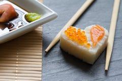 Concept de fruits de mer de coeur de sushi macro avec les saumons et le caviar Photos libres de droits