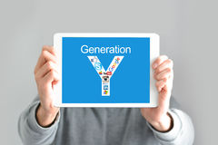 Concept de génération de Y avec le jeune homme tenant un comprimé numérique Photographie stock