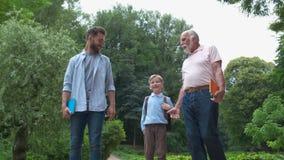 Concept de générations de famille : Père, fils et grand-papa, dehors, en nature, appréciant leur temps de qualité ensemble, tout  banque de vidéos