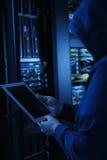 Concept de garantie Pirate informatique dans le capot noir entaillant le système Entailler de système de paiements Images libres de droits
