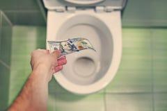 concept de gaspillage d'argent insensé, perte, déchets inutiles, grands coûts de l'eau, dans le lavage de toilette billets de mil image libre de droits