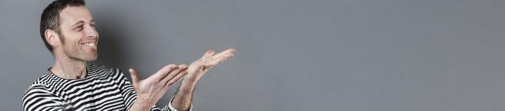 Concept de geste de main pour 40s l'homme enthousiaste, longue bannière grise Photographie stock