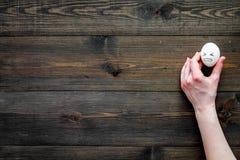 Concept de gestion d'émotion Colère de suppression Visage fâché dessiné sur l'oeuf L'espace en bois de copie de vue supérieure de Photos stock