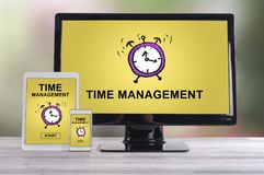 Concept de gestion du temps sur différents dispositifs photos stock