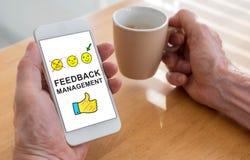 Concept de gestion de rétroaction sur un smartphone Images stock