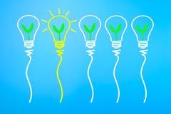 Concept de grande idée et d'innovation, avec la plante verte dans le bul léger Photos stock