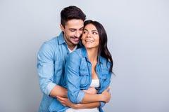 Concept de grossesse et de nouveaux parents Le mari enthousiaste heureux est h Photos libres de droits