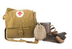 Concept de guerre Flacon de Militaly, kit de premiers secours et pistolet sur l'étui d'isolement sur le blanc Image libre de droits