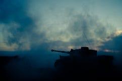 Concept de guerre Les silhouettes militaires combattant la scène sur le fond de ciel de brouillard de guerre, Allemand de guerre  Photo stock
