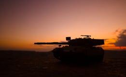 Concept de guerre Les silhouettes militaires combattant la scène sur le fond de ciel de brouillard de guerre, Allemand de guerre  Photographie stock