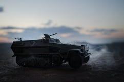 Concept de guerre Les silhouettes militaires combattant la scène sur le fond de ciel de brouillard de guerre, Allemand de guerre  Photos libres de droits