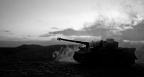 Concept de guerre Les silhouettes militaires combattant la scène sur le fond de ciel de brouillard de guerre, Allemand de guerre  Photos stock