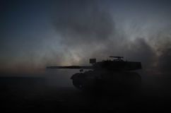 Concept de guerre Les silhouettes militaires combattant la scène sur le fond de ciel de brouillard de guerre, Allemand de guerre  Image stock