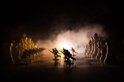 Concept de guerre Silhouettes des soldats sur l'échiquier Concept de guerre Silhouettes militaires combattant la scène sur le fon Images stock