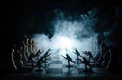 Concept de guerre Silhouettes des soldats sur l'échiquier Concept de guerre Silhouettes militaires combattant la scène sur le fon Image stock