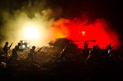 Concept de guerre Silhouettes militaires combattant la scène sur le fond de ciel de brouillard de guerre, silhouettes de soldats  Images libres de droits