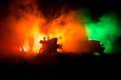 Concept de guerre Silhouettes militaires combattant la scène sur le fond de ciel de brouillard de guerre, silhouettes de soldats  Photos stock