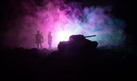 Concept de guerre Silhouettes militaires combattant la scène sur le fond de ciel de brouillard de guerre, silhouettes de soldats  Images stock