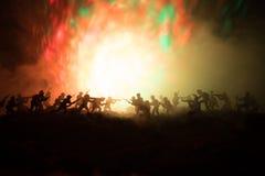 Concept de guerre Silhouettes militaires combattant la scène sur le fond de ciel de brouillard de guerre, silhouettes de soldats  Photos libres de droits
