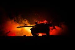 Concept de guerre Silhouettes militaires combattant la scène sur le fond de ciel de brouillard de guerre, réservoir allemand dans Photo stock