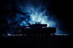 Concept de guerre Silhouettes militaires combattant la scène sur le fond de ciel de brouillard de guerre, réservoir allemand dans Image stock