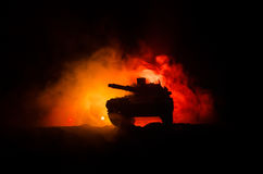 Concept de guerre Silhouettes militaires combattant la scène sur le fond de ciel de brouillard de guerre, réservoir allemand dans Photos libres de droits