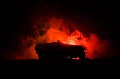 Concept de guerre Silhouettes militaires combattant la scène sur le fond de ciel de brouillard de guerre, réservoir allemand dans Photographie stock libre de droits
