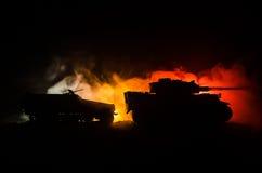 Concept de guerre Silhouettes militaires combattant la scène sur le fond de ciel de brouillard de guerre, réservoir allemand dans Images stock