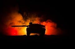 Concept de guerre Silhouettes militaires combattant la scène sur le fond de ciel de brouillard de guerre, réservoir allemand dans Image libre de droits