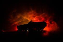 Concept de guerre Silhouettes militaires combattant la scène sur le fond de ciel de brouillard de guerre, réservoir allemand dans Photos stock