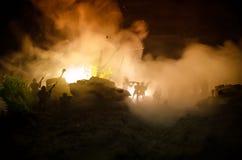 Concept de guerre Silhouettes militaires combattant la scène sur le fond de ciel de brouillard de guerre, silhouettes de soldats  Image stock