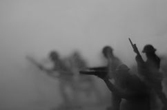 Concept de guerre Silhouettes militaires combattant la scène sur le fond de ciel de brouillard de guerre, silhouettes de soldats  Photographie stock